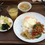 吉祥寺のタイ料理屋「アムリタ食堂」のランチメニューはサラダ・スープのビュッフェ付き