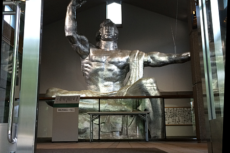 井の頭自然文化園にある、もうひとつの「平和記念像」。冥福を祈るその顔で、いま何を想うのか。