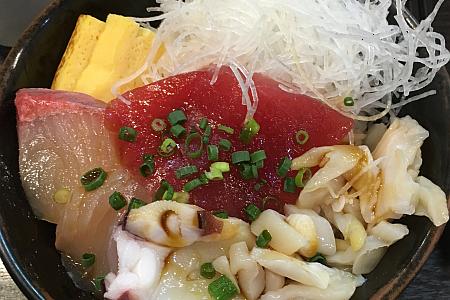 「まぐろのなかだ屋」で海鮮の日替わりサービス丼をいただく(吉祥寺ハモニカ横丁)