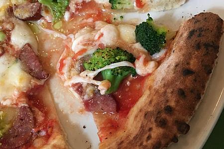 「ラ・ベファーナ 吉祥寺店」でにぎやかサラダと石窯焼きピッツァのランチセットを味わう