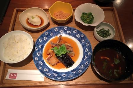 創作和食居酒屋「えん 吉祥寺店」の昼膳でおばんざい付き「本日のお魚料理」をいただく