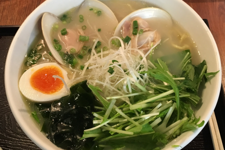 「麺屋 海神」で魚介の滋味を味わえる吉祥寺店限定「あら炊き はまぐりらぁめん」をいただく