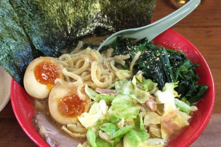 「吉祥寺 武蔵家(むさしや)」の醤油豚骨ラーメンにキャベチャー、ほうれん草、味付玉子をトッピング
