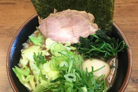 「横浜家系らーめん 武道家」で野菜トッピングが充実の「武道家らーめん」はスープがとっても濃厚
