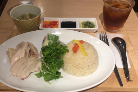 ランチ限定の「吉祥寺 鶏飯専門店 YUM YUM」で「シンガポールチキンライスセット」をいただく