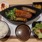 「029吉祥寺食堂」で「ミニサラダ」をつけたタップリお肉の「骨付きポークリブ」定食で満腹