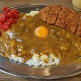 旨味とボリュームたっぷりの「大阪マドラスカレー」は「ミックスジュース」との相性もバッチリ