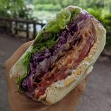サンドイッチのお店「Merci(メルシー)」で具だくさんの「THE B.L.T」をテイクアウトして公園で頬張りました